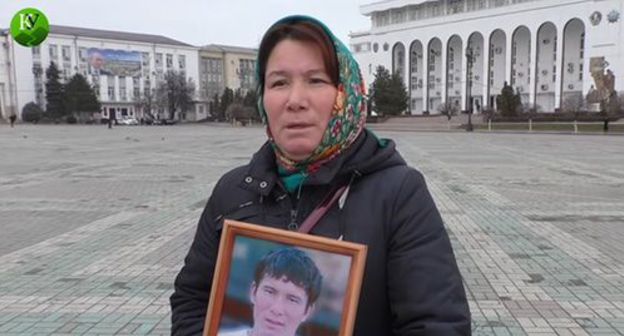 "Yumabike Adilgereyeva, mother of the killed Eradil Asanov holds picket in Makhachkala, February 6, 2018. Screenshot from video posted by the ""Caucasian Knot"" on YouTube: https://www.youtube.com/watch?v=Uwky0niKL6E&feature=emb_logo"
