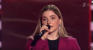 Ragda Khanieva. Screenshot of the video on YouTube Голос / The Voice Russia https://www.youtube.com/watch?v=B5BVyY6glCQ