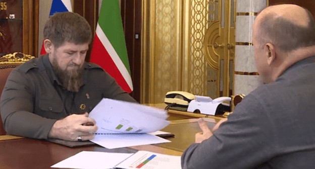 Taimaskhanov presents his report to Kadyrov. Screenshot of the video on Ramzan Kadyrov's page on VKontakte