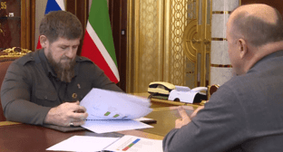 Taimaskhanov presents his report to Kadyrov. Screenshot of the video on Ramzan Kadyrov's page on VKontakte https://vk.com/wall279938622_450357?reply=450448