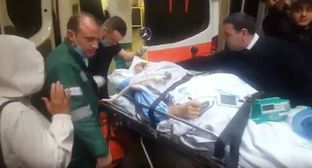 Ogtai Gyulyalyev, who stayed in critical condition after a road traffic accident in Baku, is being transferred to an ambulance. Screenshot from YouTube video posted by Turan Agentliy https://www.youtube.com/watch?v=cBrdMD4gSkk