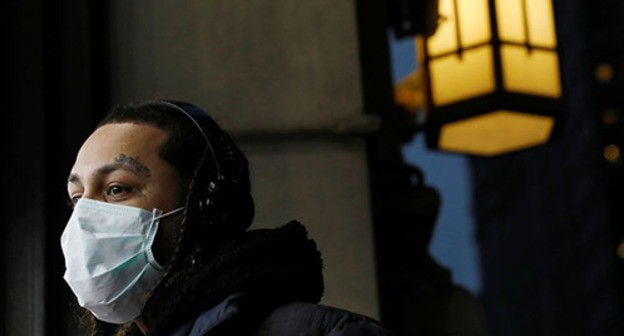 A person wearing a medical mask. Photo: REUTERS/Andrew Kelly