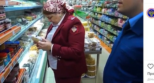 Food prices control in the shops in Chechnya. Screenshot of the video on Instagram https://www.instagram.com/p/B-CeT6MK_ud/