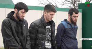 Young Chechen natives who refused to pay for a trip in a Moscow taxi. Screenshot: ChGTRK 'Grozny', https://www.youtube.com/watch?v=d2rEsTrWRUA