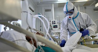 Medical worker near a patient who was put on a ventilator. Photo:: Kirill Zykov/Moscow News Agency/Handout via REUTERS