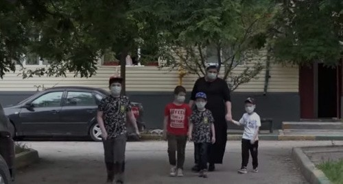 A family on a walk. Grozny, Chechnya. Screenshot of the video https://newsvideo.su/video/12844096