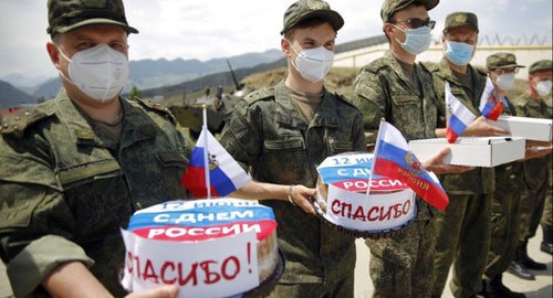 Residents of the village of Botlikh in Dagestan express gratitude to military doctors for the their help in fighting coronavirus pandemic and presented over 30 national pies, June 12, 2020. Photo: press service of the Southern Eastern Military District