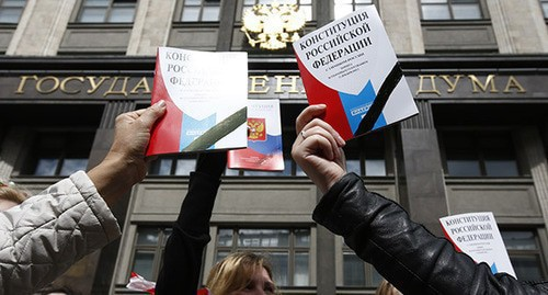 People holding the Constitution of Russia in front of the State Duma building. Photo: REUTERS/Sergei Karpukhin