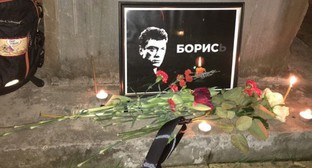 Flowers and Boris Nemtsov's portrait at the Memorial to Victims of Political Repressions in Sochi. Photo by Svetlana Kravchenko for the Caucasian Knot