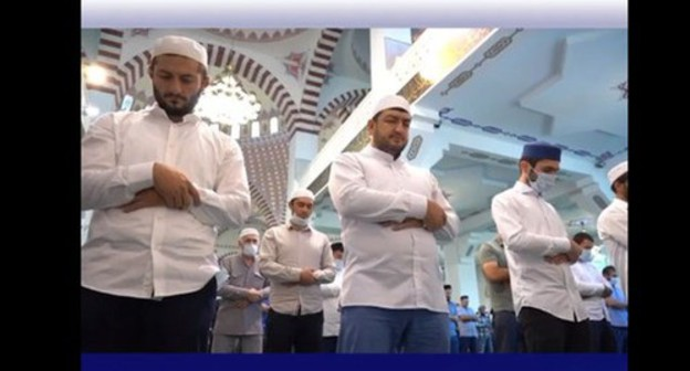 A collective namaz (prayer) on occasion of Eid al-Adha. Screenshot of the video https://www.instagram.com/p/CDS4w4ppSOD/