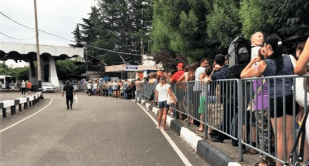 People staying in line at the border between Russia and Abkhazia, 2018. Photo: Elena Sineok, Yuga.ru