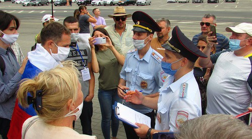 Policemen talking to rally participants in Volgograd , August 1, 2020. Photo by the Caucasian Knot correspondent