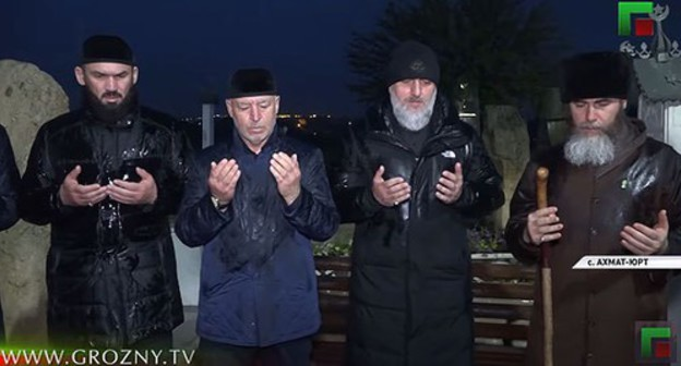 Chechen officials standing at the Akhmat Kadyrov' grave. Screenshot from video posted by ChGTRK 'Grozny': https://www.youtube.com/watch?v=rTNrwO_-jl4&feature=emb_title