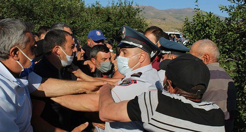 Activists protesting against development of the Amulsar deposit and policemen, August 4, 2020. Photo by Tigran Petrosyan for the Caucasian Knot