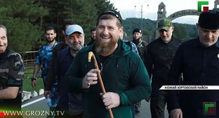 Ramzan Kadyrov and his entourage walking in the neighborhood of the village of Benoi. Screenshot of the video by the Grozny TV Channel https://www.youtube.com/watch?v=EU2jm0Z-05c