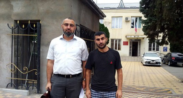 "Anvar Muradov (on the right) with his advocate Murad Velikhanov near the Magaramkent District Court which decided to transfer him under house arrest. August 14, 2020. Photo by Rasul Magomedov for the ""Caucasian Knot"""