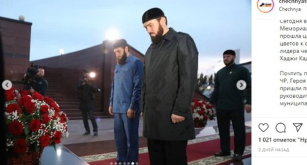 Laying flowers to Akhmat Kadyrov's obelisk. Screenshot https://www.instagram.com/p/CEOitPhpjmn/
