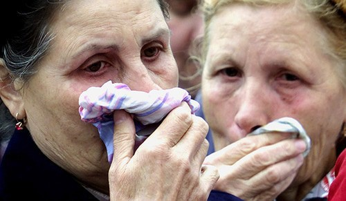 Relatives of the victims of the terror act in Gurianov Street. Photo: REUTERS/Dima Korotayev