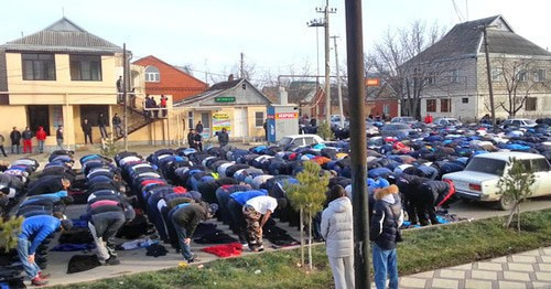 Believers praying in the street, February 1, 2016. Screenshot: https://www.youtube.com/watch?v=PYRN-CUHpAs