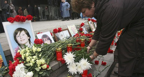 Flowers and pictures of the victims near the Dubrovka Theatre Centre where people were held hostage. Moscow, October 26, 2007. Photo: REUTERS/Grigory Tambulov (RUSSIA)