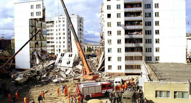 Removal of the aftermath of the explosion in Kaspiysk in 1996. Photo: https://ru.wikipedia.org/wiki/Взрыв_жилого_дома_в_Каспийске_(1996)