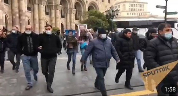 Participants of the rally in Yerevan on November 29, 2020. Screenshot of the video by the Sputnik Армения https://t.me/s/SputnikArmenia/11373