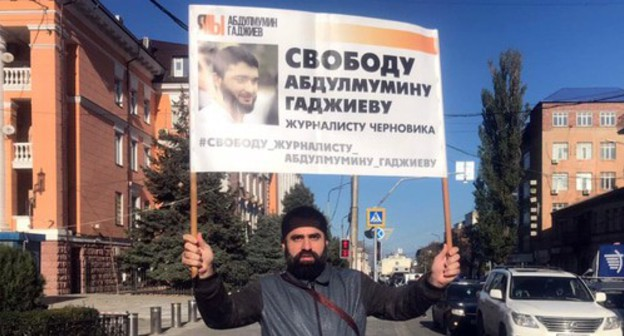 "A solo picket in Makhachkala on November 9, 2020. A human rights defender Ziyautdin Uvaysov. Photo by Ilyas Kapiev for the ""Caucasian Knot"""