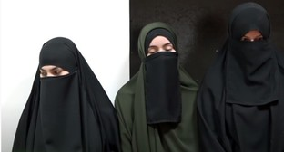 "The ""educational conversation"" of the Chechen Mufti and the girls who had worn niqabs held at the police station. Screenshot of video by the ""Grozny"" TV Channel https://www.youtube.com/watch?v=SaHUSbalpGU"