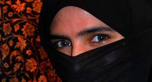 A girl in niqab. Photo by Steve Evans https://commons.wikimedia.org/wiki/File:EFatima_in_UAE_with_niqab.jpg