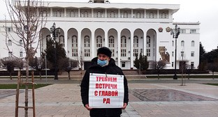 Kumyk activist Bektemir Salikhov holds a solo picket at the Makhachkala Administration demanding a meeting with the acting head of Dagestan, January 18, 2021. Photo by Rasul Magomedov for the Caucasian Knot