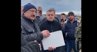 Residents of Nagorno-Karabakh handed a letter over to the representative of the Russian peacemaking contingent. Screenshot of the video https://www.facebook.com/100006477026027/videos/3398124473746753/
