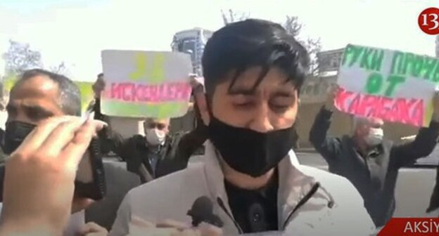 Picketers protesting in front of the Russian Embassy in Baku. Screenshot of the video by Kanal13 https://www.youtube.com/watch?v=ZV2SSG993JE