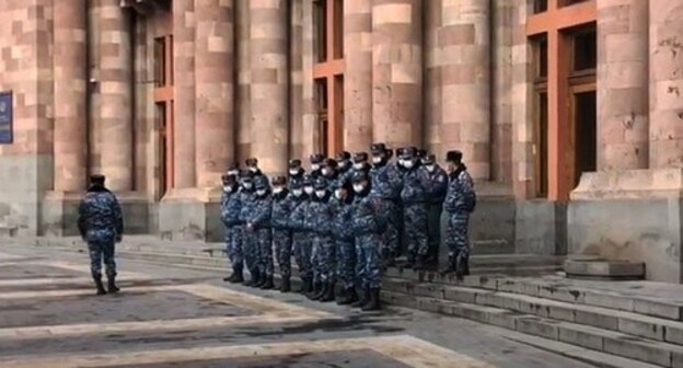 Police at the government building in Yerevan, March 2021. Screenshot: http://www.youtube.com/watch?v=ZCBqr47t8UU
