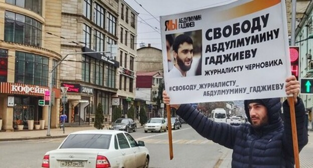 Participant of a solo pickets holds a banner in support of Abdulmumin Gadjiev, January 2021. Photo by Ilyas Kapiev for the Caucasian Knot