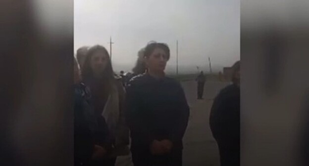 Relatives of Armenian prisoners of war block the Arman-Gyumri highway and the road from the village of Orom to Ashotsk in Shirak region in protest against the disrupted return of soldiers from Azerbaijan, April 9, 2021. Screenshot: http://news.am/rus/news/638010.html