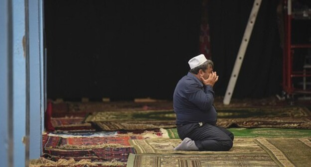 A Muslim praying. Photo courtesy of Elena Sineok / Yuga.ru